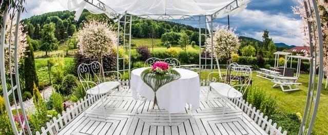 altanka ślub w ogrodzie