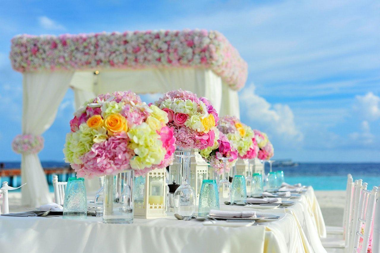Kwiaty na stoły weselne – jakie kompozycje wybrać?