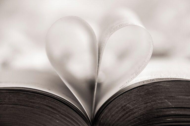 Księga gości na wesele – niebanalna pamiątka, czy niepotrzebny gadżet?