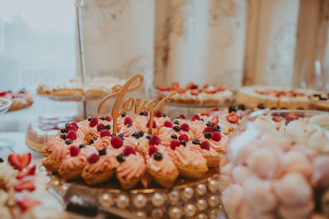 Czy i kiedy podać ciepłe przekąski na wesele?