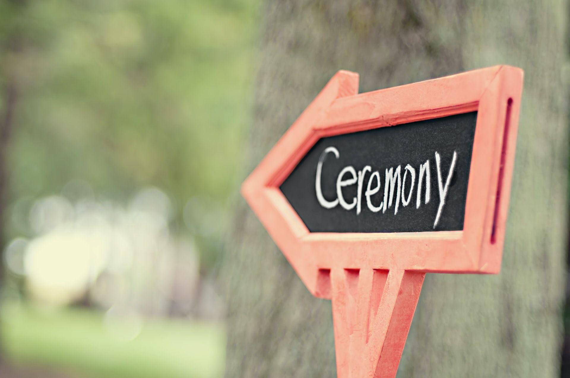 Drogowskaz weselny – ciekawy dodatek czy niezbędny element informacyjny?